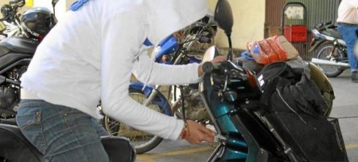 Le robaron la moto y una cartera con 10 mil pesos