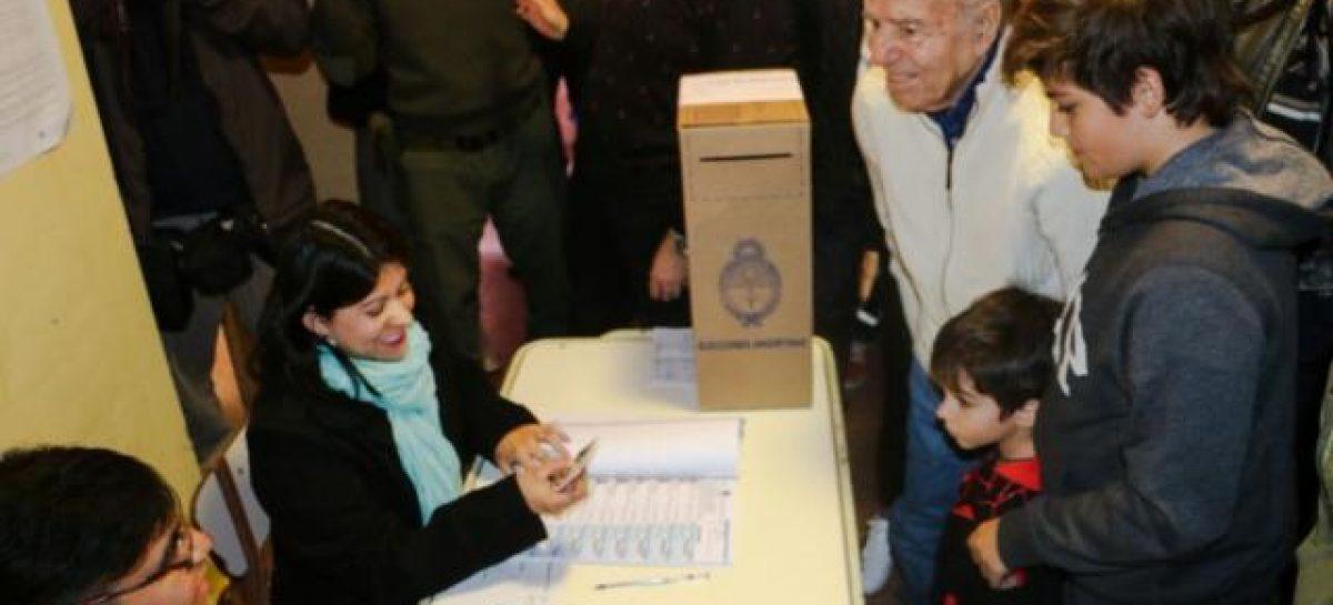"Menem votó y advirtió: ""Yo hasta ahora soy candidato"""