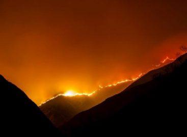 Refuerzan trabajos para apagar incendio forestal en Anillaco