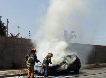 Circulaba en su auto, se le prendió fuego y se salvó de milagro