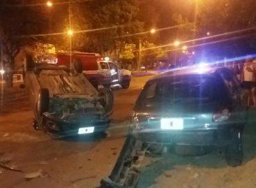 Policía chocó un auto estacionado y volcó espectacularmente