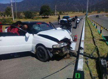 Perdió el control e impactó con su auto contra un poste