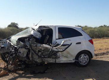 Terrible choque entre auto y camión deja un muerto de saldo