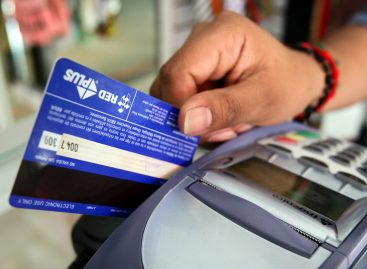 Los comercios ya tienen que cobrar con débito o crédito