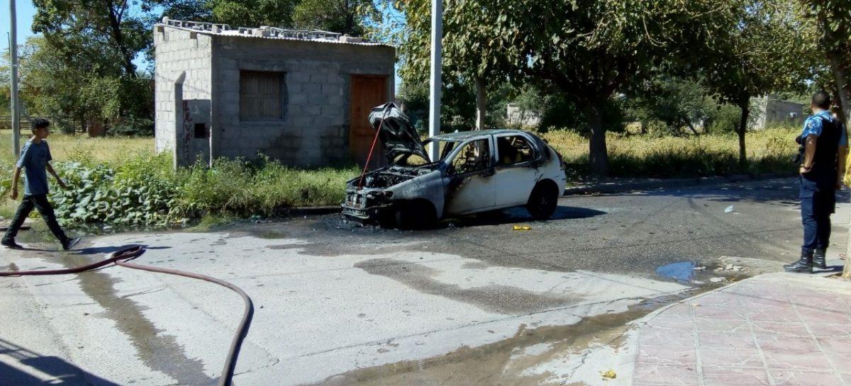 Se incendió un auto y el fuego lo destruyó completamente