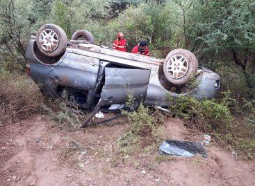 Intentó sobrepasar un camión, no pudo y terminó chocado y volcado