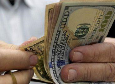 Fuerte devaluación del peso por dólar récord: $57,29
