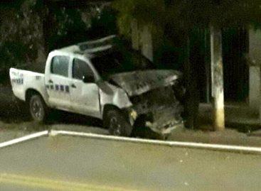 Móvil policial estrellado contra un poste de energía