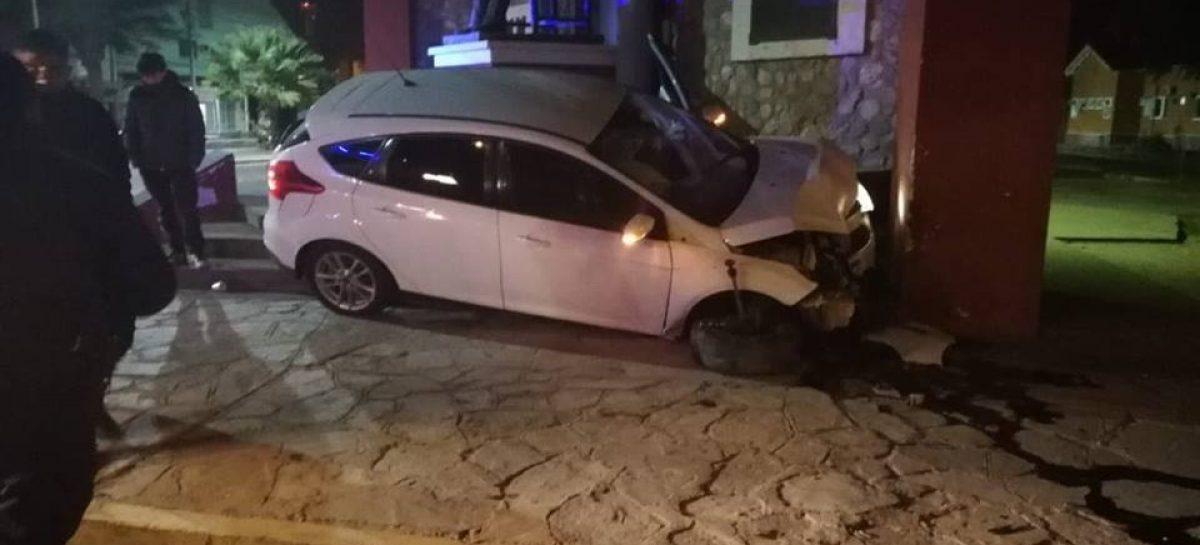 Perdió el control de su auto y lo estrelló contra el Centro Administrativo