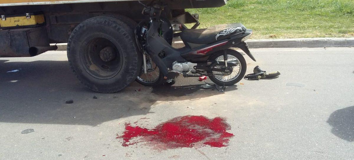 Terrible accidente: embistió con su moto un camión estacionado