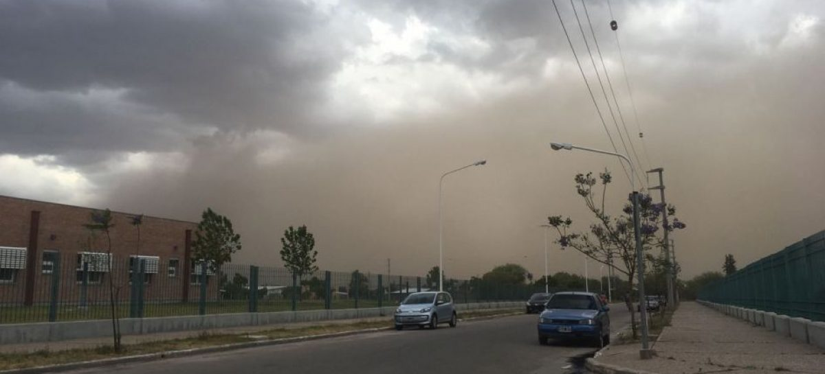 La 'Tormenta de Santa Rosa' llega con viento y tierra