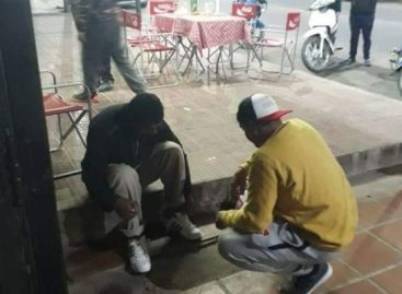 La Rioja solidaria. Le regaló sus zapatillas a un joven indigente