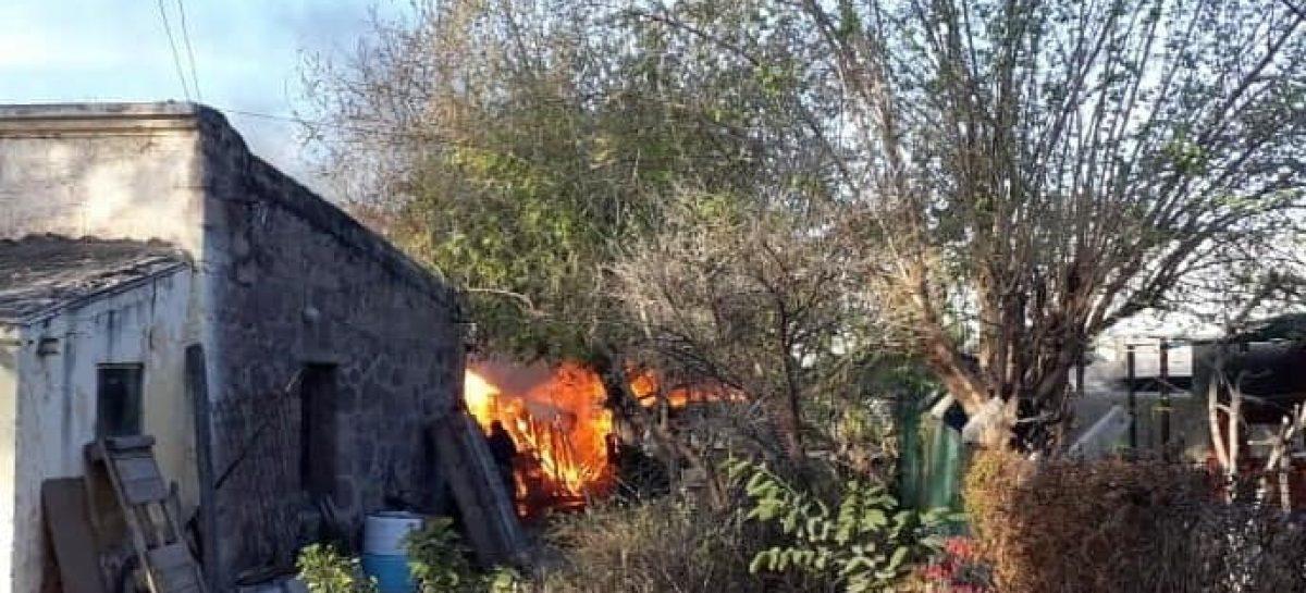 Incendio destruyó por completo una carpintería: un detenido