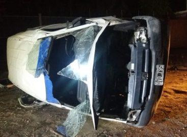 Vuelco y cinco heridos en grave siniestro vial en Capital