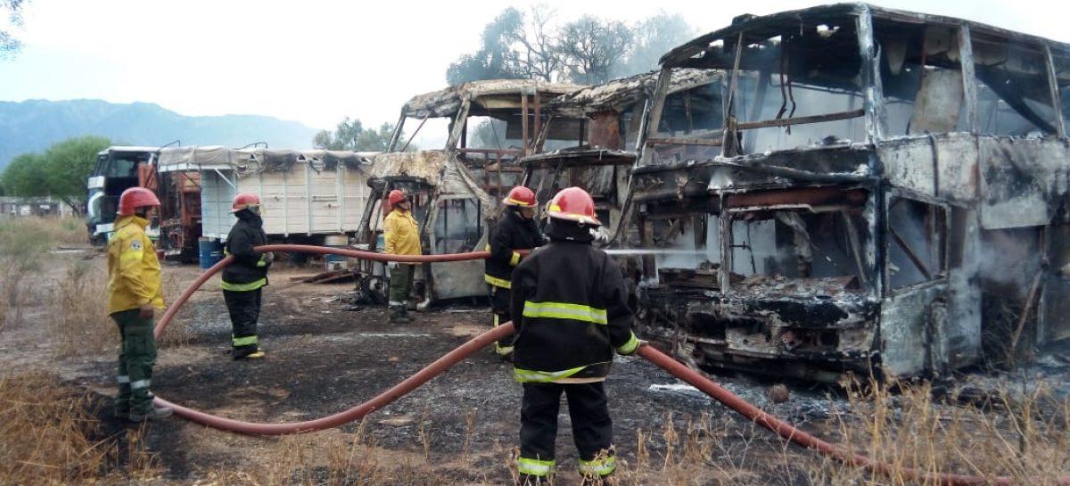 Un incendio destruyó tres colectivos de la empresa 20 de Mayo