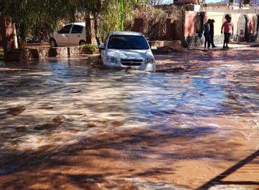 Villa Unión. Se quebró una represa e inundó un barrio entero