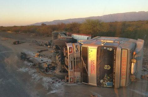 Volcó un camión con varias toneladas de sal en ruta 38