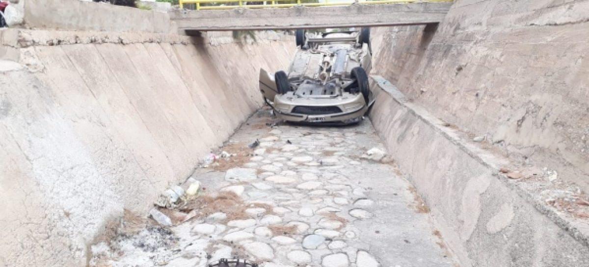 Perdió el control y terminó con su auto en un canal
