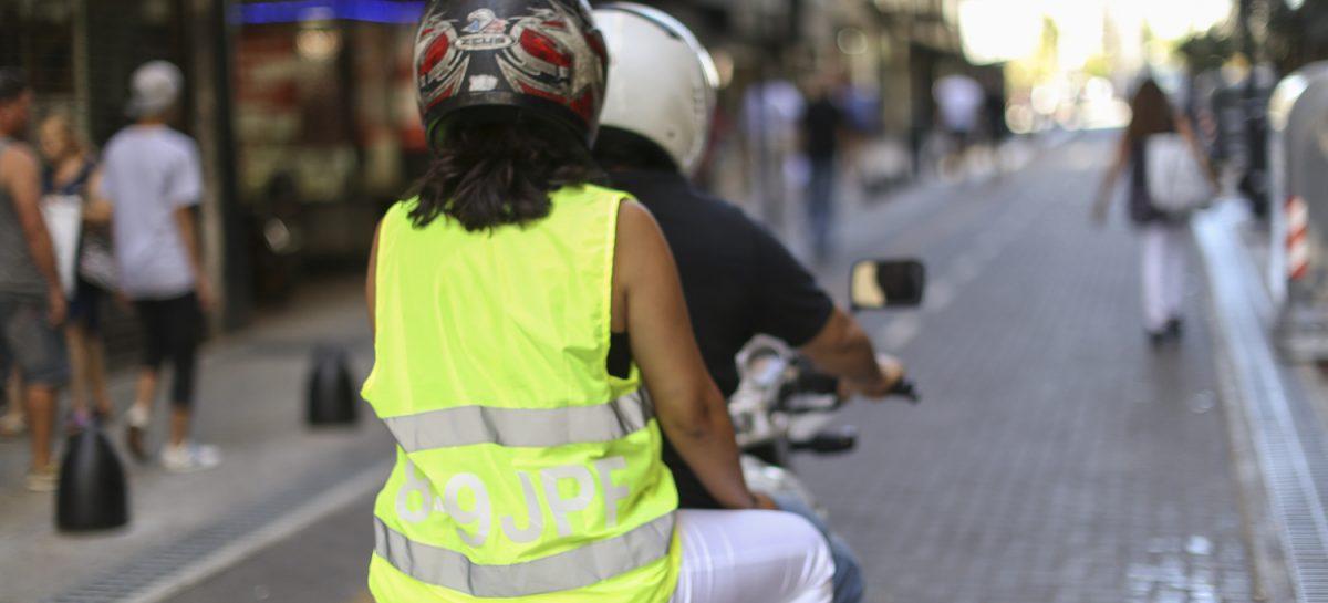 Buscan obligar a motociclistas a usar chalecos refractarios