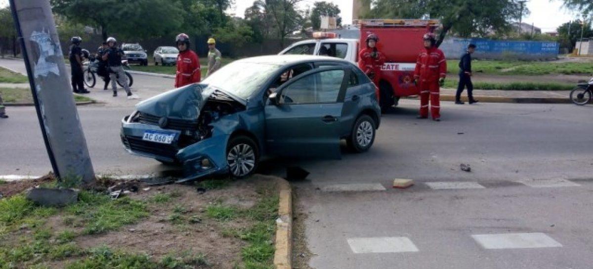 Capital. Auto se estrelló contra un poste: dos heridos