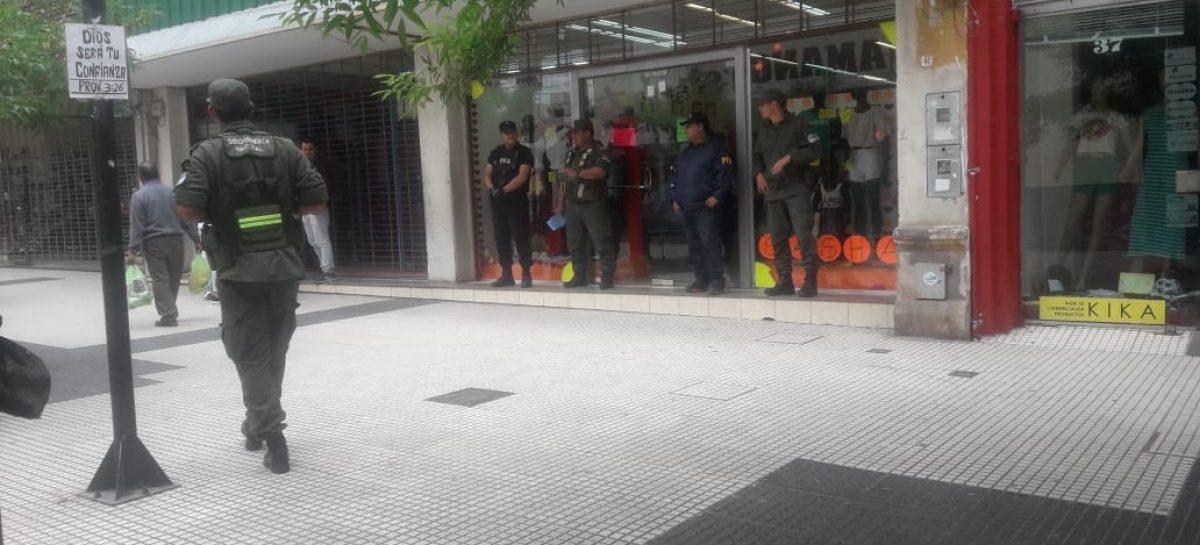 Allanan comercios en el marco de una causa por contrabando de ropa