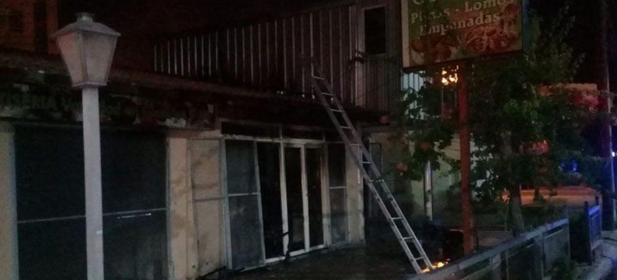 Un voraz incendio destruyó completamente una rotisería