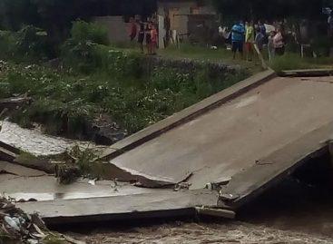 Se derrumbó un puente en el populoso barrio 20 de Mayo