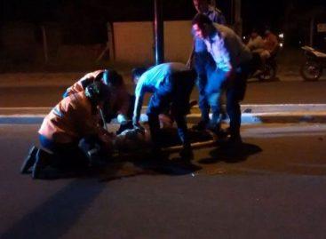 Dos jovenes chocaron en moto contra un poste: una murió