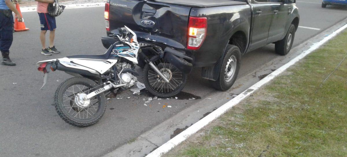 Tiene 15 años, manejaba una moto y chocó una camioneta estacionada