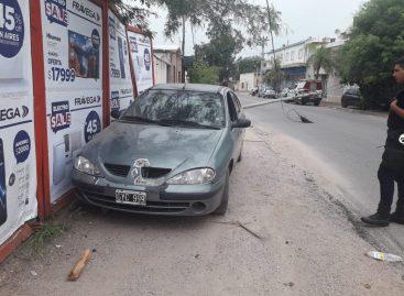 Perdió el control de su auto e impactó un poste