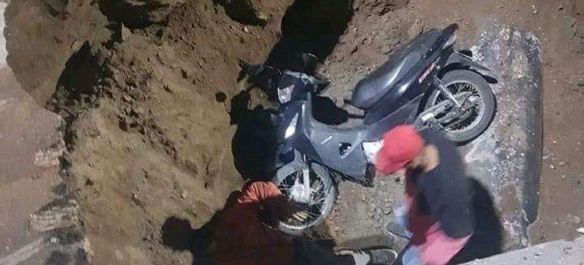 Terrible. Motociclista cayó en un 'crater' de la avenida 1º de Marzo