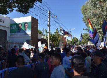 Operarios despedidos y organizaciones sociales escracharon sede del PRO