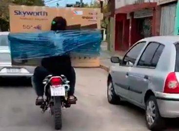 Insólito. Se embaló un televisor al cuerpo para trasladarlo en moto