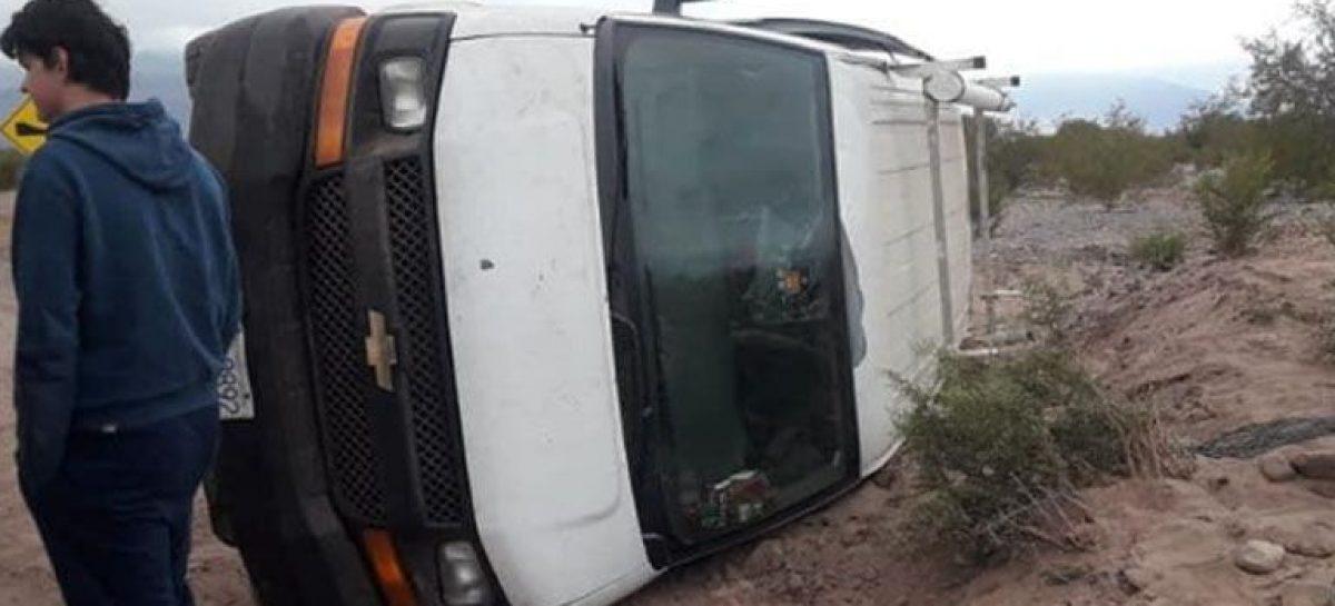 Volcó una camioneta con turistas cerca de Villa Unión