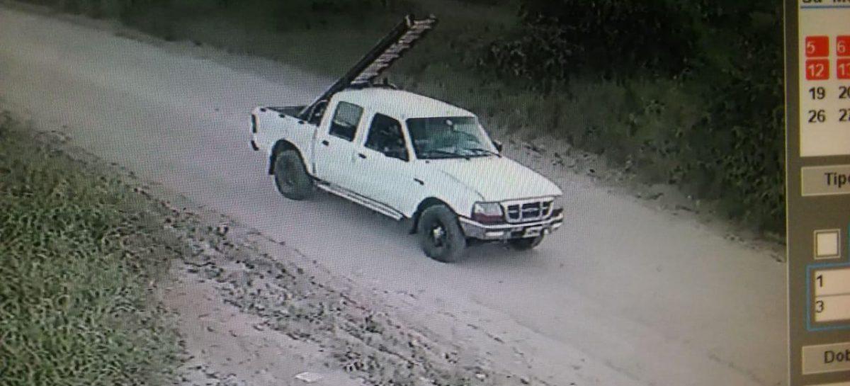 El colmo. Salía a robar luminaria pública con su camioneta y una escalera