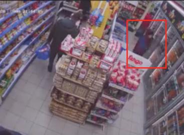 Roba en un minimarket y es grabado por las cámaras de seguridad