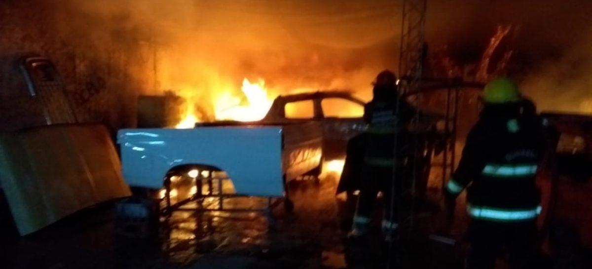 Se incendió un taller y el fuego destruyó por completo cuatro autos