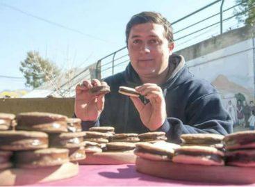 Es riojano y ya vende en cinco provincias su creación: alfajores de algarroba