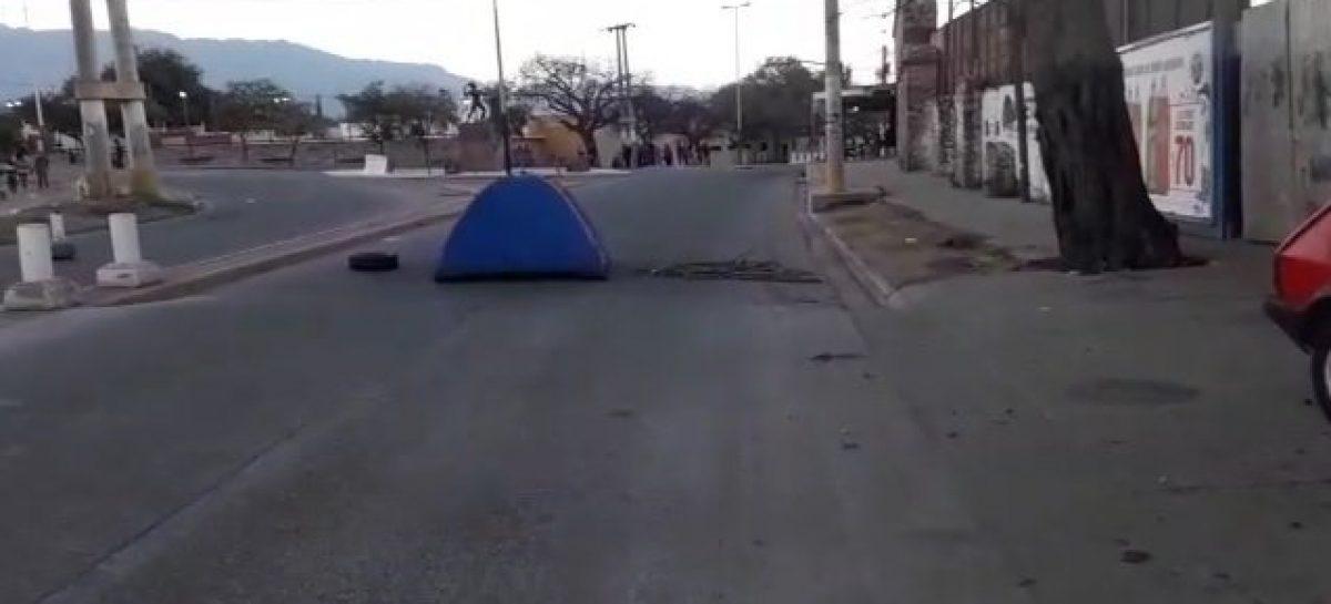 Usurparon terrenos, fueron desalojados y ahora acampan en una avenida
