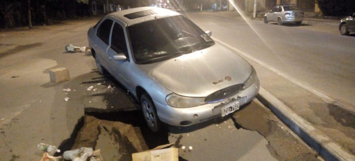 Capital. Cedió el asfalto y un auto cayó en un cráter