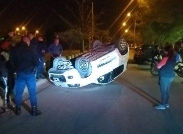 Volcó y el auto quedó con las ruedas hacia arriba
