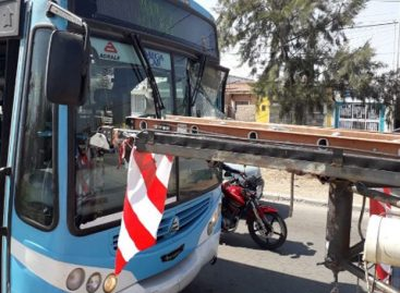 Una escalera terminó incrustada en un Munibus