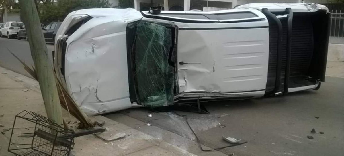 Brutal choque y vuelco: no hubo heridos de gravedad