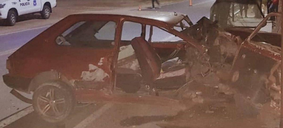 Estrelló su auto contra un poste: Alta velocidad y ¿alcohol?