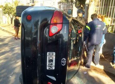 Se distrajo, embistió un auto estacionado y volcó
