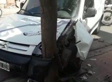 Estrelló su vehículo contra un árbol en pleno macro centro