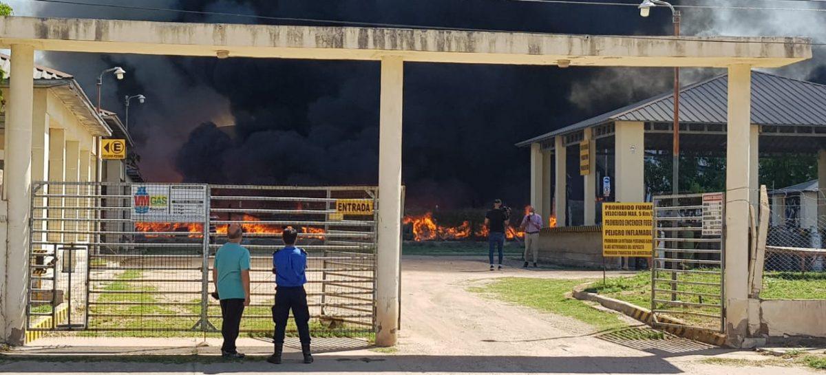 Voraz incendio en una fábrica de tejas recicladas en el Parque Industrial