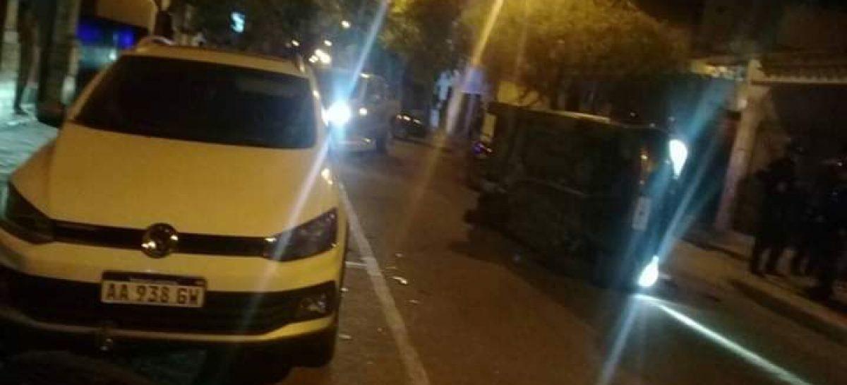 Embistió con su auto un vehículo estacionado y volcó