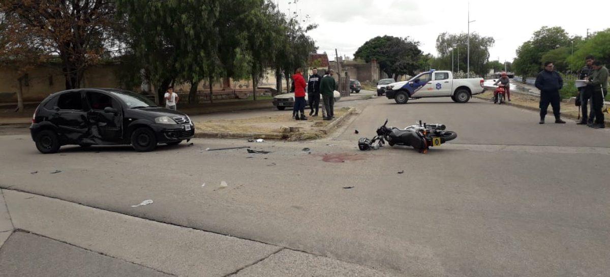 Joven motociclista sufre grave accidente al chocar con auto