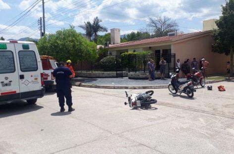 Choque de motociclistas. Una mujer circulaba en contramano